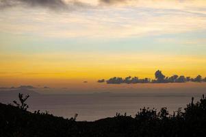 utsikt över en färgstark solnedgång foto