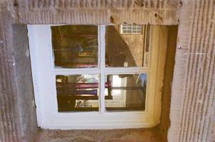 gammalt fönster på en tegelbyggnad foto