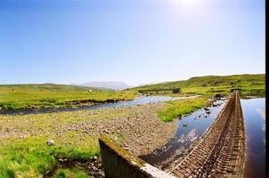 skotska kullar och vatten foto
