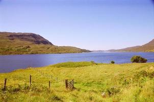 blå sjö med berg foto