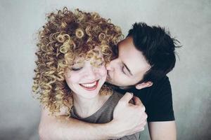 avkopplande och härligt ungt par som har ett vackert ögonblick tillsammans foto