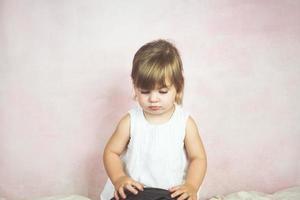 ledsen blond liten flicka foto