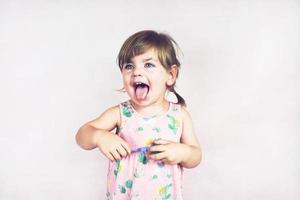ung liten och rolig tjej i ett studioskott foto