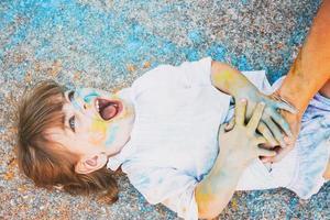 liten flicka smutsig av färg foto
