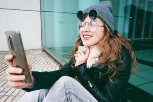 ung influencer kvinna som använder sin smartphone foto