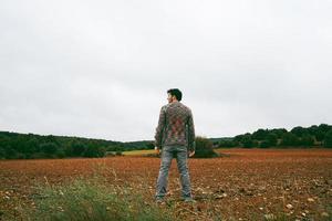 ung man ensam och ledsen i naturen foto