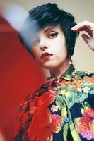 androgyn kvinnlig modell med retrostil foto