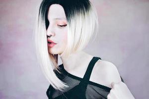 vacker och cool kvinna med ombre frisyr foto