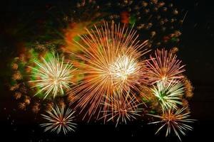 ljusa fyrverkerier på en festlig natt färgade ljus i den mörka himlen för en semester foto