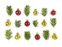 julsymmetri sammansättning från leksakstruntsaker och granar på en vit bakgrund. enkel vinter semester lägenhet låg. foto