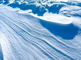 bakgrund mousserande snö på blå snöiga vidder foto