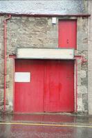 röd dörr med rännsten foto