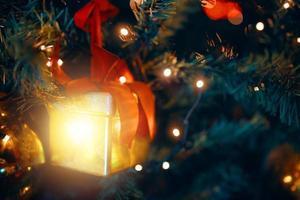 julgran med dekorationer och presenter. foto