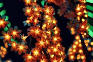 krans i form av blommor på träd. foto