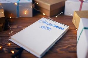 träbord med presentaskar och anteckningsblock. foto