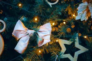 julgran med dekorationer. foto