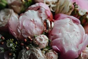 vigselringar med en bukett blommor. äktenskapsförslag. bröllop foto