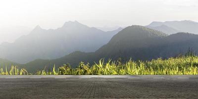 tom motorväg asfaltväg och vackra bergslandskap foto