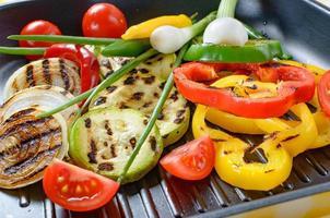 grillade grönsaker i en grillpanna. sommar hälsosam mat. foto