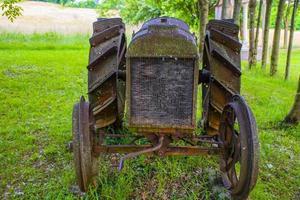 gammal rostig traktor foto