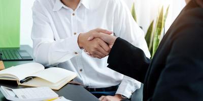 närbild av affärsmän som skakar hand, avslutar ett möte, affärsetikett, gratulationer, fusion och förvärvskoncept foto