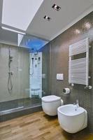 inre skott av ett modernt badrum i vinden rummet foto