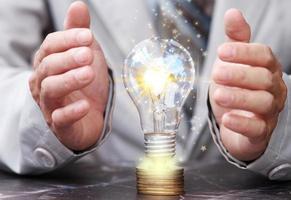 energibesparande glödlampa på bordet och affärsidé och nya idéer innovation foto
