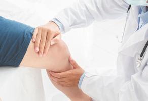sjukgymnast gör läkande behandling på patientens ben sport sport terapi koncept panorama banner foto