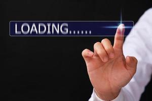 affärsman hand lastning surfa internet data information virtuella screening koncept foto