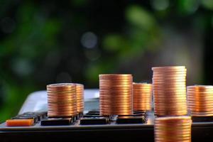 stack av mynt på en miniräknare foto