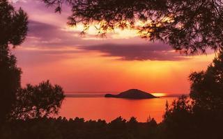 Kelyfos ö mellan Sithonia och Kassandra nära Neos Marmaras, Grekland foto
