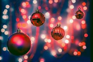 juldekorationer på bokehbakgrund med ur fokusljus foto
