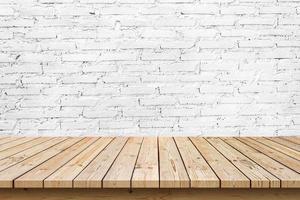 tom träplatta på vit tegelväggbakgrund, används för visning eller montage av dina produkter foto