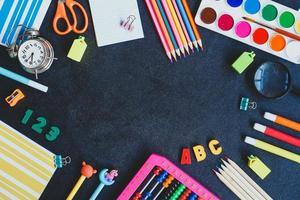 tillbaka till skolan. skolmaterial på svart bakgrund. toppvy. kopiera utrymme. foto