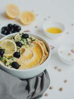 hummus från kikärter, med olivolja, oliver, citron, vitlök, sesamfrön, lök och gurkor. foto