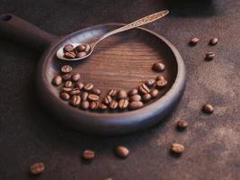rostade kaffebönor på mörk bakgrund foto