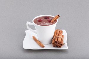 restaurang desserter mousse med kanel och bär foto