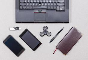 modernt skrivbordstillbehör foto