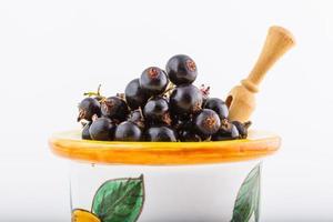 svart vinbär, bär från den friska bioträdgården sommar smakar vilda frukter foto