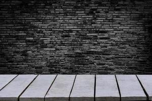 bord tomt bakgrunden är tegelvägg tom topp trähyllor och stenmur bakgrund foto