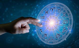 stjärntecken inuti horoskopcirkeln. astrologi på himlen med många stjärnor och månar astrologi och horoskop koncept foto