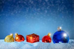 god jul och gott nytt år hälsning bakgrund. jullykta på snö med gran foto