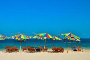 hav, ö, paraply, thailand, khai island phuket, solstolar och parasoller på en tropisk strand foto