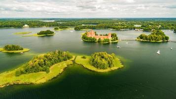 trakai slott medeltida gotisk ö slott, ligger i galve sjön. vackert litauiskt landmärke. trakai island castle - populärt turistmål i Litauen foto
