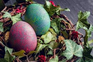 påskägg med dekor. kycklingägg i ett fågelbo. foto