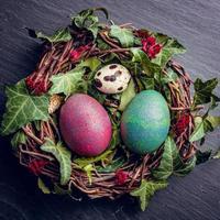 påskägg med dekor. vaktel och kycklingägg i ett fågelbo. foto