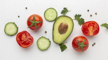 ovanifrån grönsaker och frukt arrangemang foto
