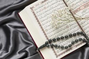 islamisk nyårsdekoration med bönpärlor på koranen foto
