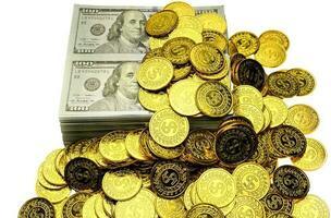 stapla guldmynt och pengarsedel 100 usd foto