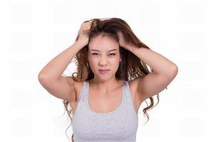asiatisk kvinna orolig för håravfall på vit bakgrund. foto